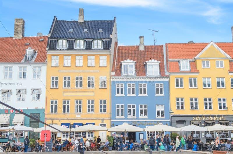Köpenhamn Danmark - Augusti 25, 2014 - scenisk sommarsikt av Nyhavn pirchanel med färgbyggnader, skepp, yachter, fartyg som är un arkivfoton