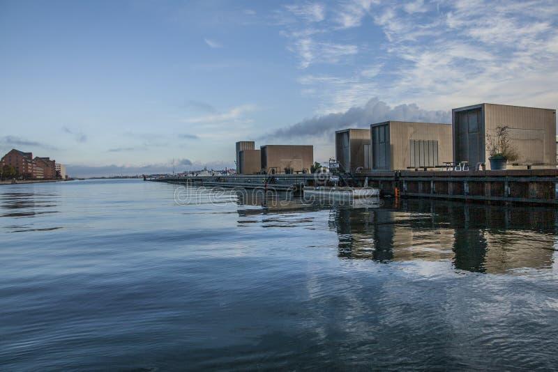 Köpenhamn Danmark - blåa himlar och hav och reflexioner av några byggnader royaltyfria bilder
