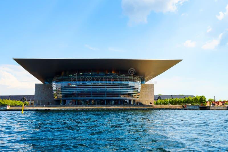 Köpenhamn Danmark - Juli 13, 2018 Den kungliga danska operaarkitekturen reflekterad flod för stadskremlin liggande natt royaltyfri foto
