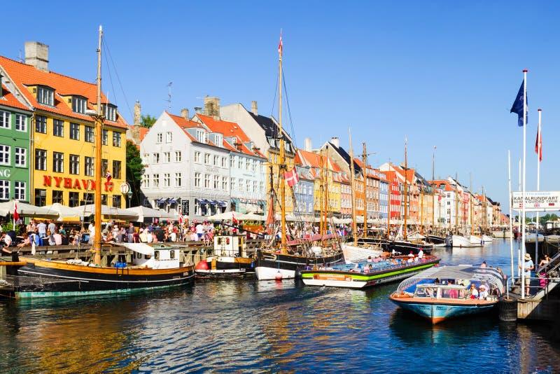 Köpenhamn Danmark - Juli 7, 2018 Gator av Köpenhamnen Härliga färgrika hus på kanalen Nyhaven reflekterad flod för stadskremlin l arkivfoton