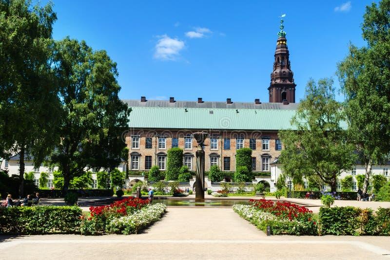 Köpenhamn Danmark - Juli 9, 2018 Härlig trädgård med en springbrunn av det kungliga arkivet av Köpenhamnen royaltyfri fotografi
