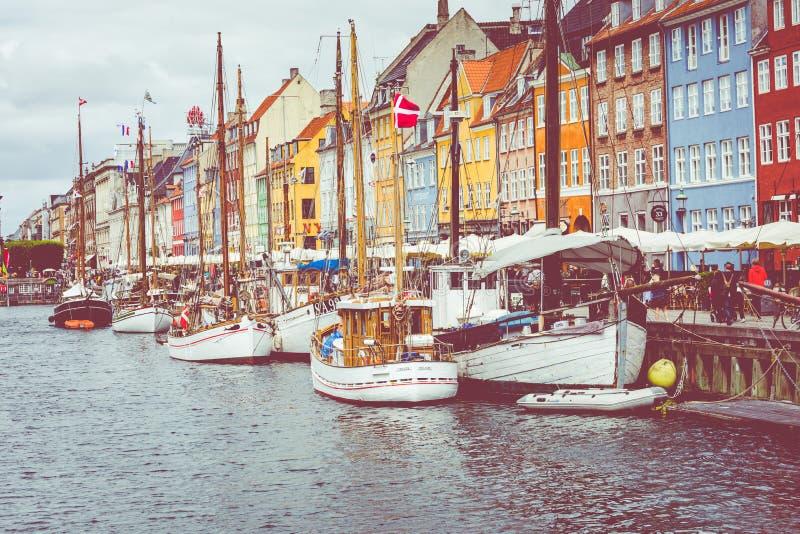 KÖPENHAMN DANMARK - JULI 02, 2019: Scenisk sommarsikt av den Nyhavn pir med färgbyggnader, skepp, yachter och andra fartyg i royaltyfri fotografi