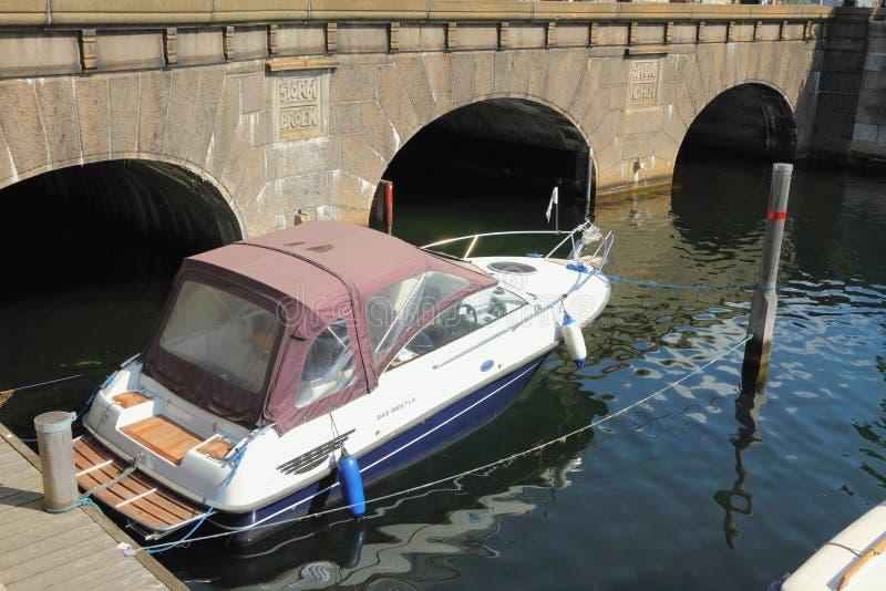 Köpenhamn Danmark - Juni 09, 2012: Fartyg och stormbro royaltyfri bild