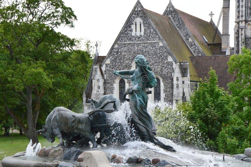 KÖPENHAMN DANMARK - MAJ 31, 2017: Kyrka för den Gefion Fountain och för St Alban `en s, en stor springbrunn på hamnframdelen fotografering för bildbyråer