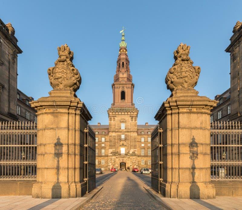 Köpenhamn Danmark - Oktober 2018: Den Christiansborg slotten i Köpenhamn innehåller den danska parlamentet Folketinget, royaltyfria foton