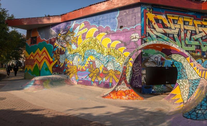 KÖPENHAMN DANMARK - Oktober 2018: Den färgrika skridskon parkerar i Freetown Christiania, som själv-proklameras som är autonom arkivbilder