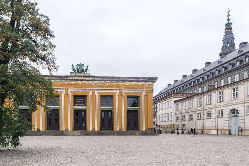 Köpenhamn - Oktober 23, 2016: En sikt till det Thorvaldsen museet och det Christiansborg slottområdet arkivfoto