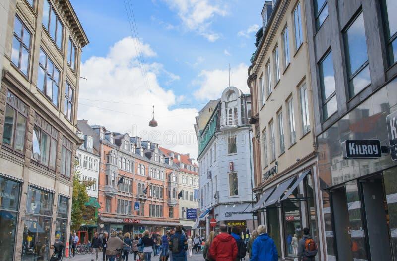 Köpenhamnen Danmark - Augusti 25, 2014 - folk går ner den folkmassaStroget gatan i Köpenhamnen, Danmark arkivbild