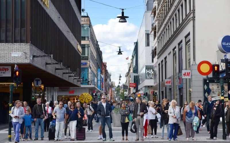 Köpenhamnen Danmark - Augusti 25, 2014 - folk går ner den folkmassaStroget gatan i Köpenhamnen, Danmark royaltyfri foto