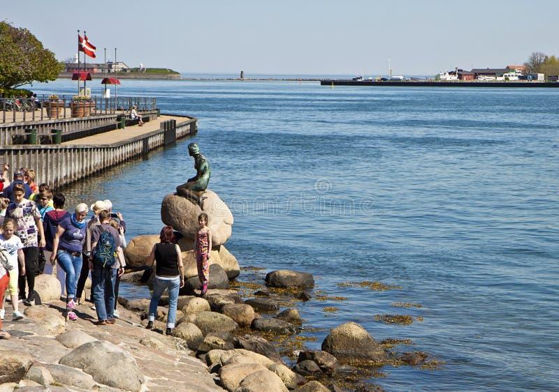 KÖPENHAMNEN turister tar bilder av den lilla sjöjungfrun arkivfoto