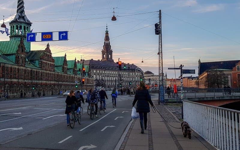 Köpenhamngata med gammal byggnad Borsen på bakgrunden, Danmark för väg-, cyklist-, folk- och Köpenhamnbörs fotografering för bildbyråer