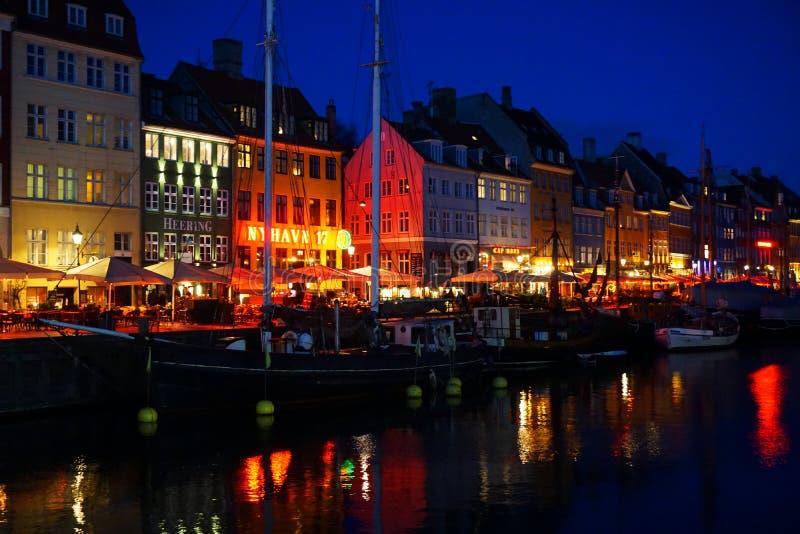 Köpenhamnkanal på natten royaltyfri bild