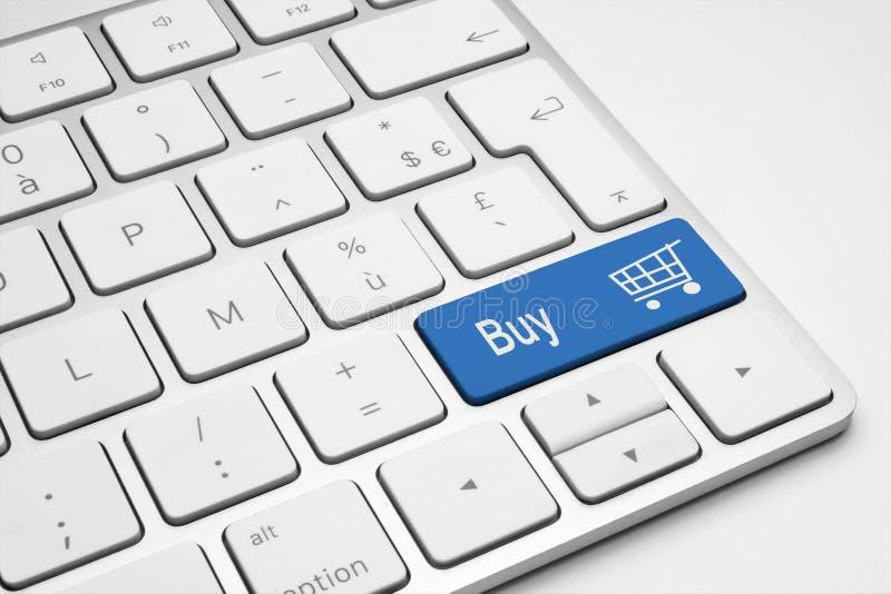 Köpet skjuter den blåa knappen med en vagnssymbol royaltyfri bild