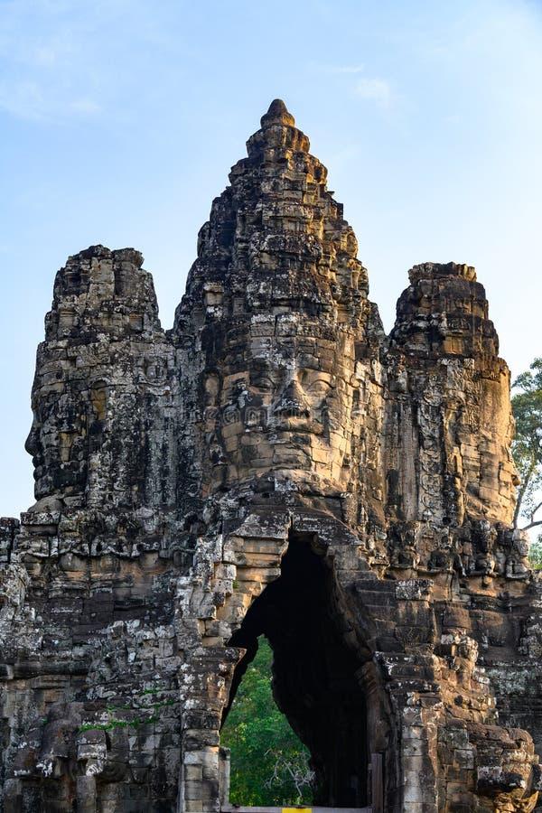 K?pfe auf dem Eingangsturm nach Angkor Thom, Kambodscha Angkor Thom war das Letzte und die meiste aushaltene Hauptstadt des Khmer stockfotografie