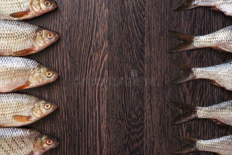 Köpfe und Endstücke von Fischen auf einem Holztisch lizenzfreies stockbild