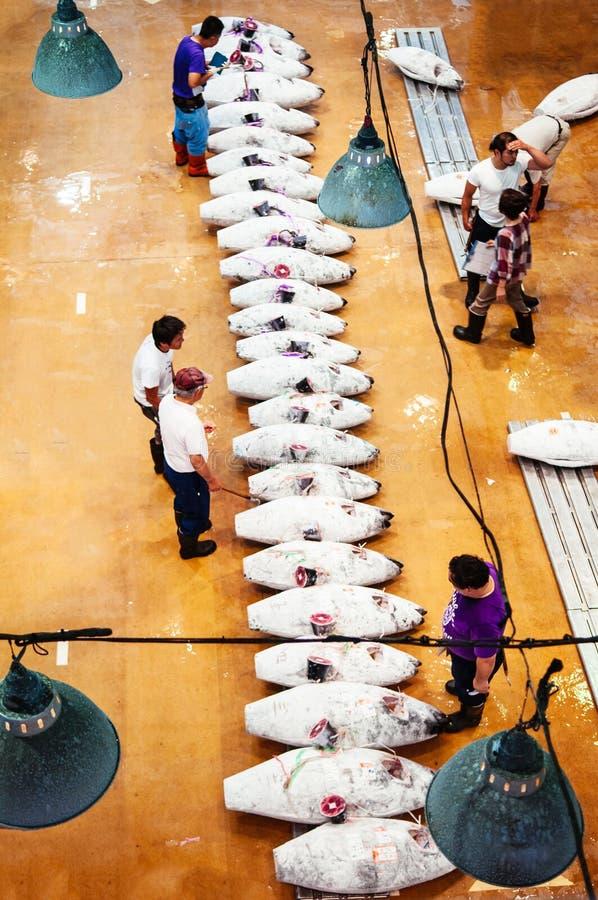 Köpmän i japansk marknad för ny fisk under tonfiskfiskauktion royaltyfri foto