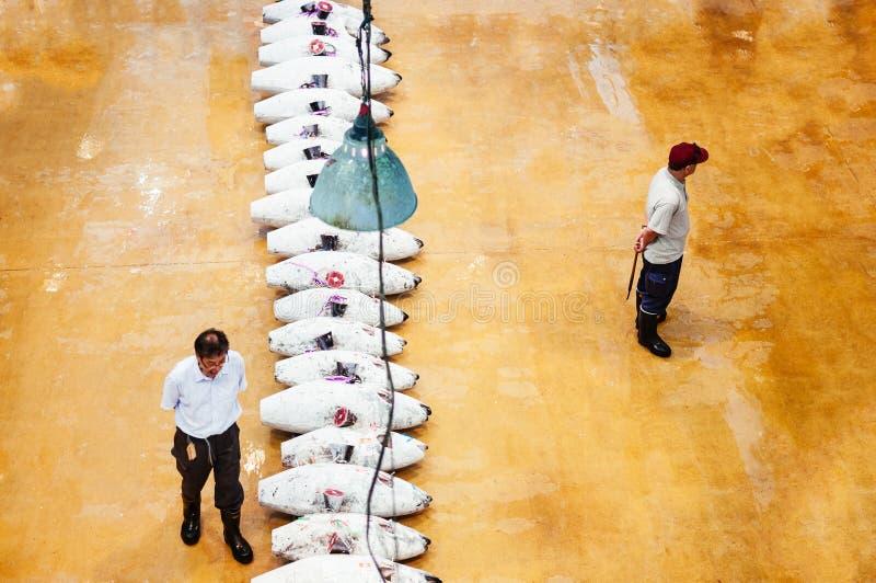 Köpmän i japansk marknad för ny fisk under tonfiskfiskauktion royaltyfri bild