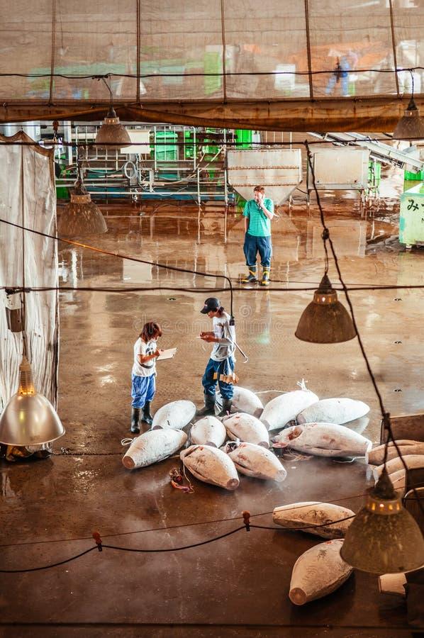 Köpmän i japansk marknad för ny fisk under tonfiskfiskauktion arkivbilder