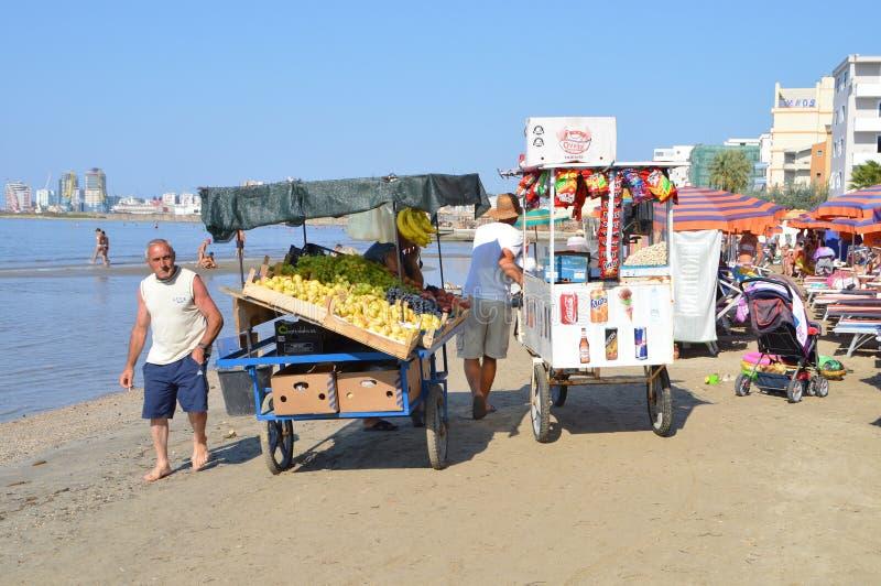 Köpmän på stranden av Durres arkivbilder