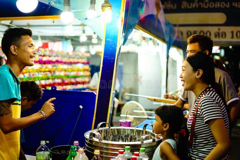 Köpmän säljer glass till barn och mamman på April 2 royaltyfria foton