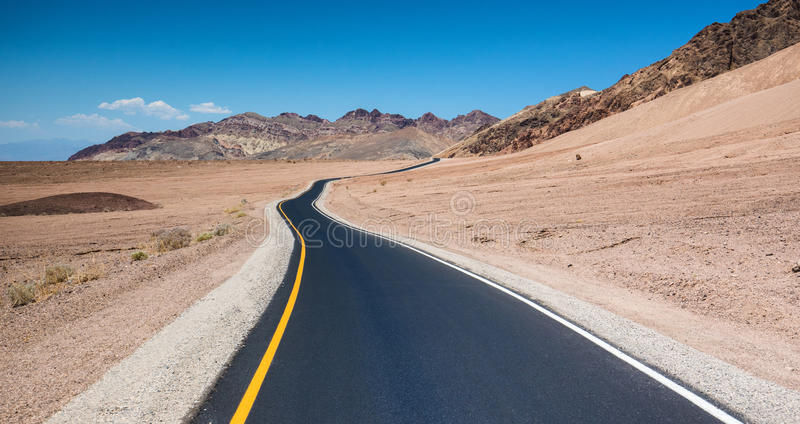 Kör i Death Valley royaltyfria foton