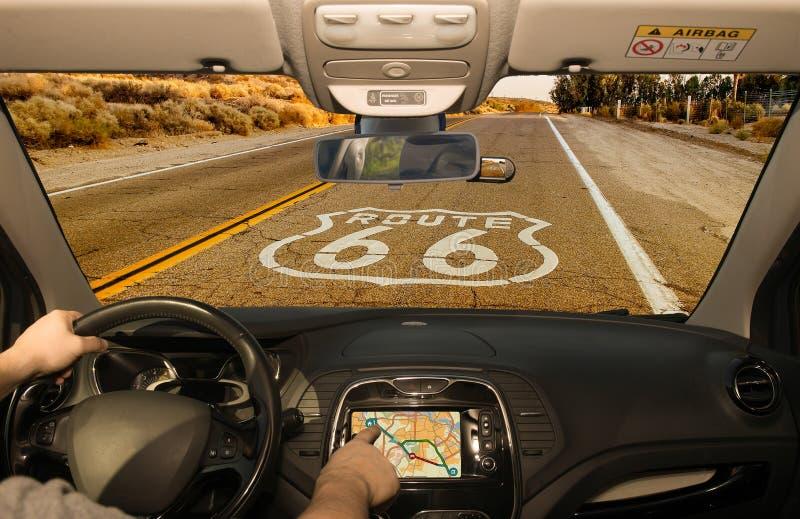 Köra genom att använda GPS på den historiska Route 66, Kalifornien, USA royaltyfri bild