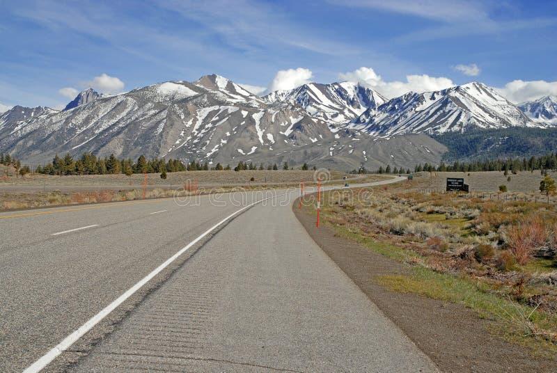 Köra in i den östliga toppiga bergskedjan Nevada Mountains, Kalifornien arkivfoto