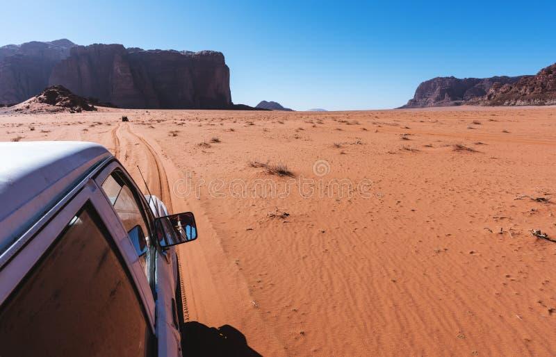 Köra i den Wadi Rum öknen i Jordanien, mellersta öst av vägbilkörning på sand i öken arkivbilder