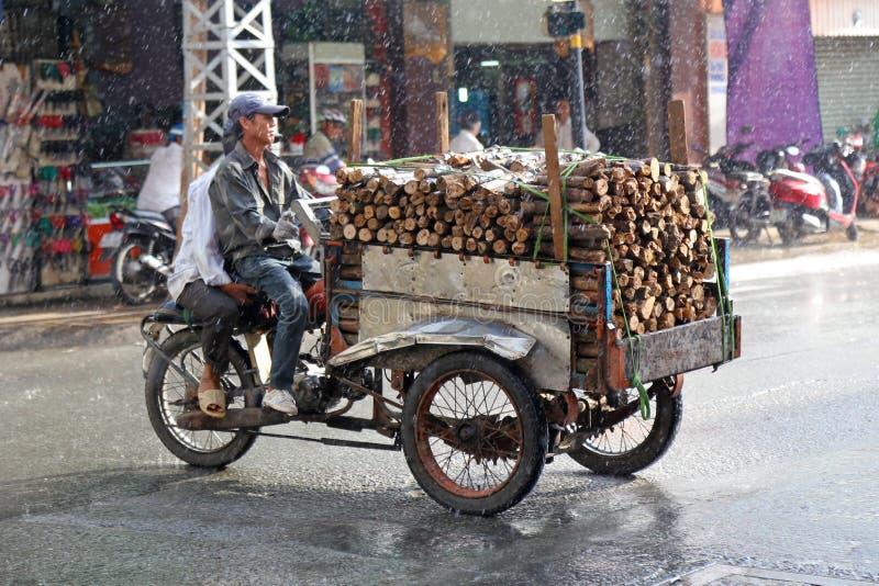 Köra i regnet, Vietnam arkivbild