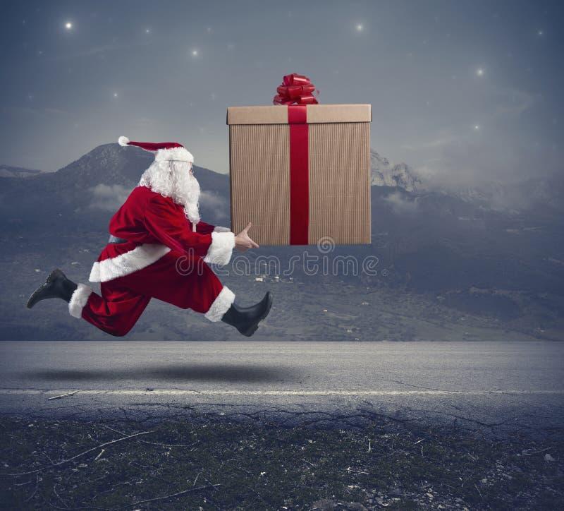 Körande Santa Claus med den stora gåvan royaltyfri bild