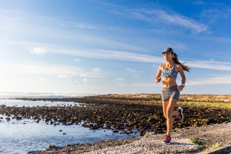 Körande yttersida för sund livsstilkvinnalöpare arkivfoto