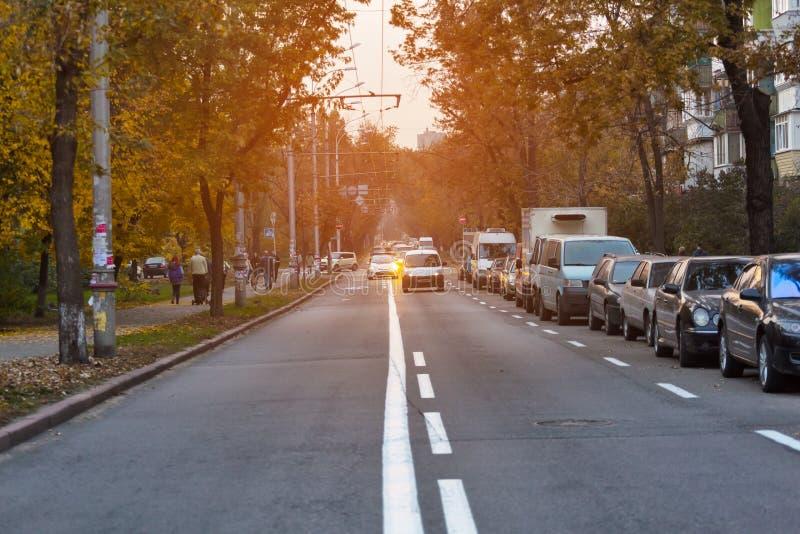 Körbana Cityscape parkerade bilar modern stad, stad som är stads-, gata, väg, drev, bil, trafik, affär, arkivfoto