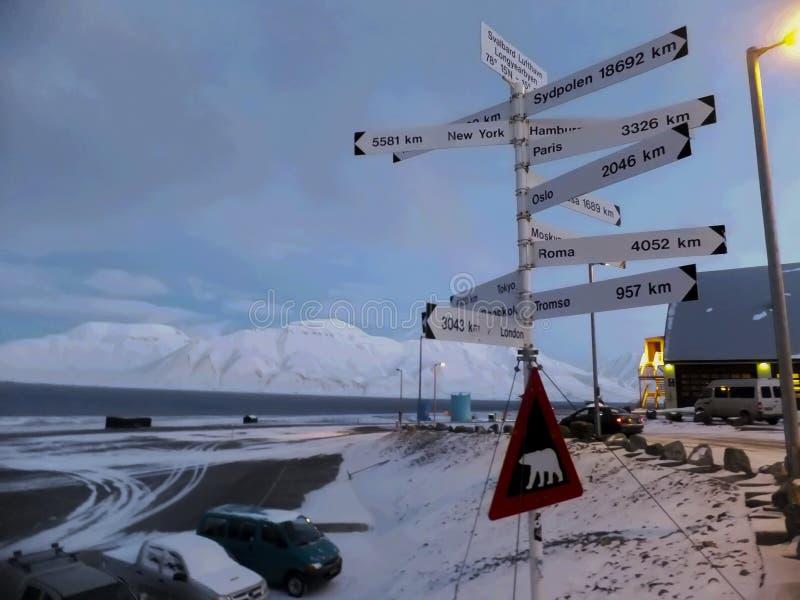 Körbanavägvisaren longyearbyen in svalbard Norge arkivbilder