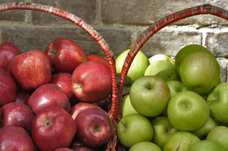 Körbe der roten und grünen Äpfel stockfotografie