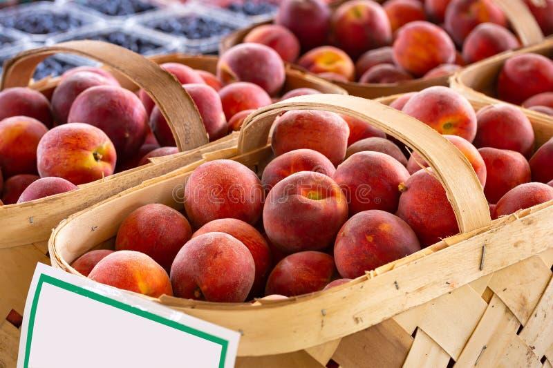 Körbe von frischen gelben Pfirsichen stockfoto