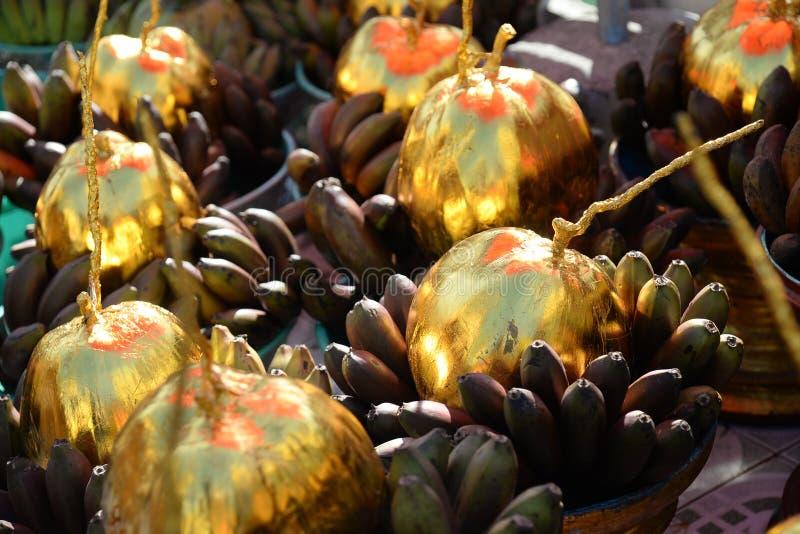 Körbe von Opfer-Angebotbananen und von Kokosnüssen für Spende in Botataungs-Pagode, Rangun, Myanmar Birma lizenzfreie stockfotografie