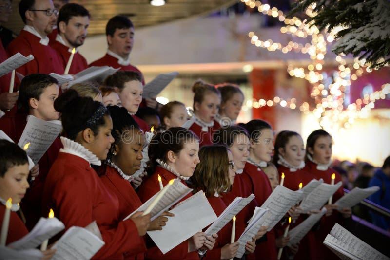 Kören utför julsånger royaltyfria bilder