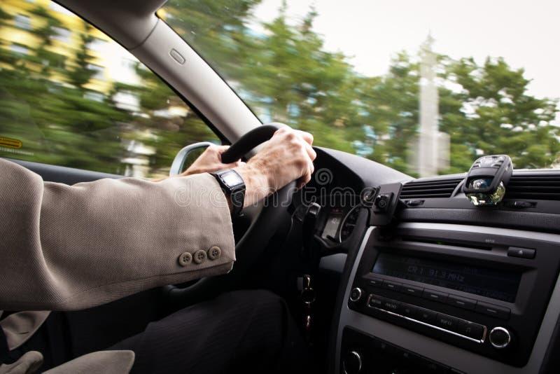Körning av en bil arkivfoton
