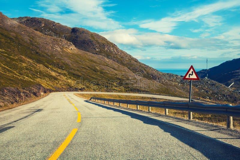 Körning av en bil på bergvägen royaltyfri fotografi