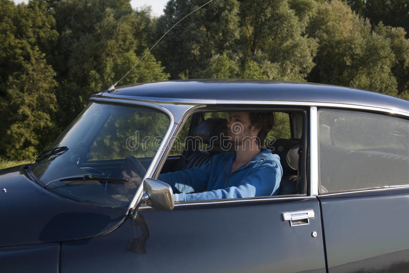 Körning av en klassisk bil royaltyfria foton
