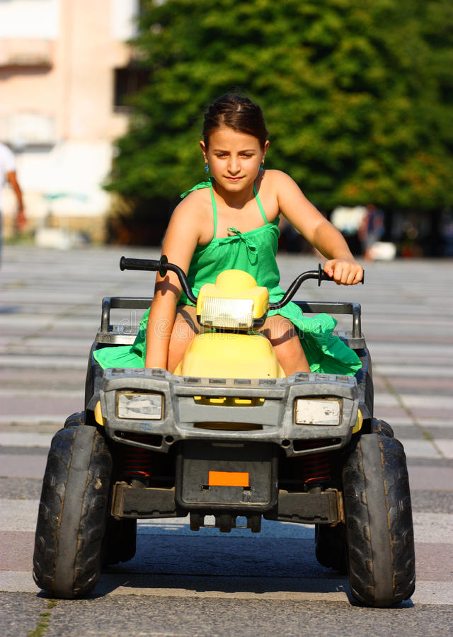 körning av flickan royaltyfri bild