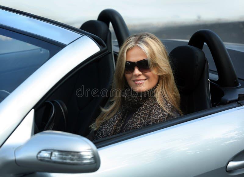 körning av kvinnan royaltyfria foton