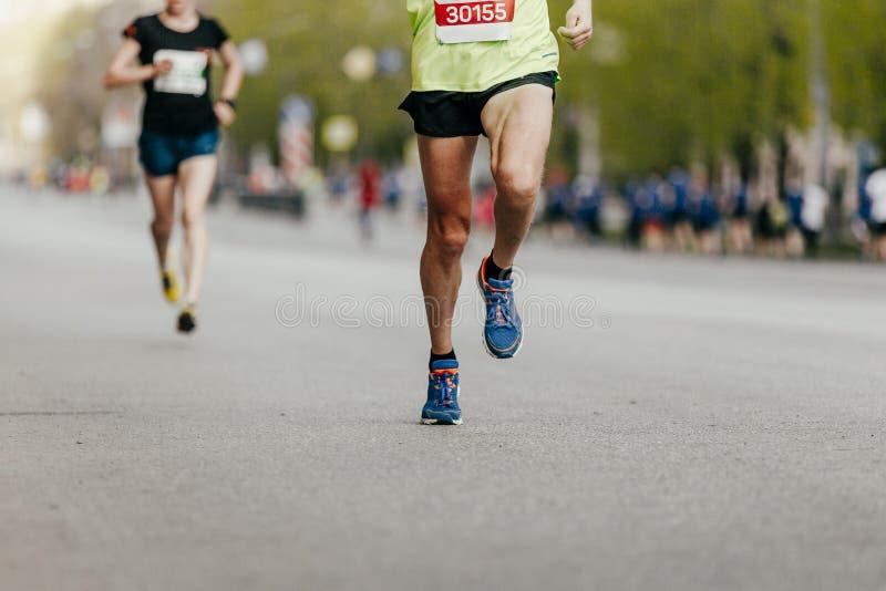 körning för två joggersmän arkivbilder