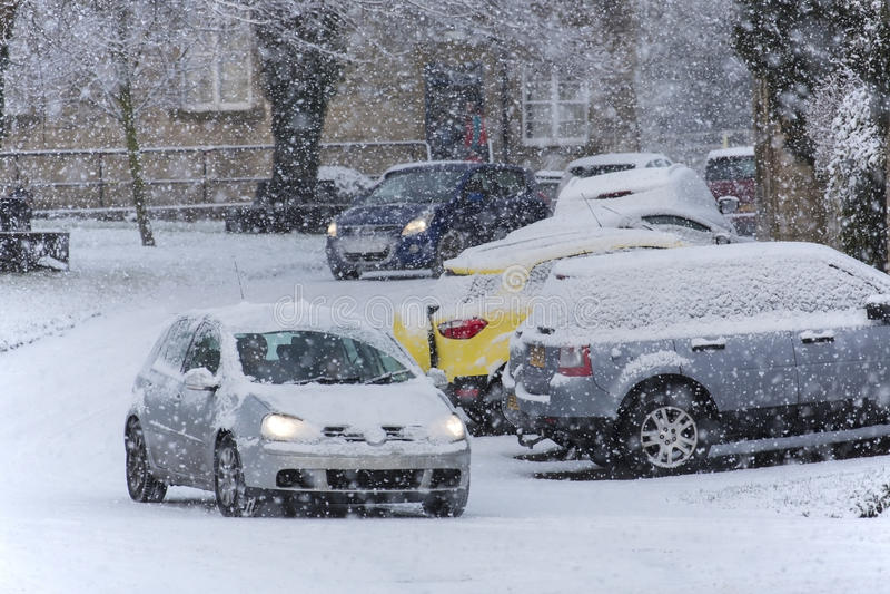 Körning i tung snö arkivfoto