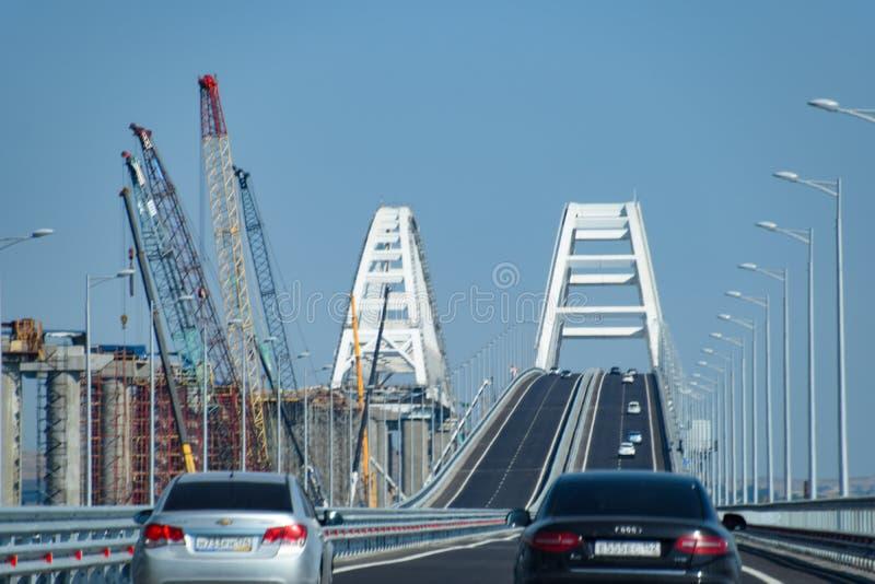 Körning längs den Crimean bron En storstilad byggnad av det 21st århundradet ny bro arkivbilder