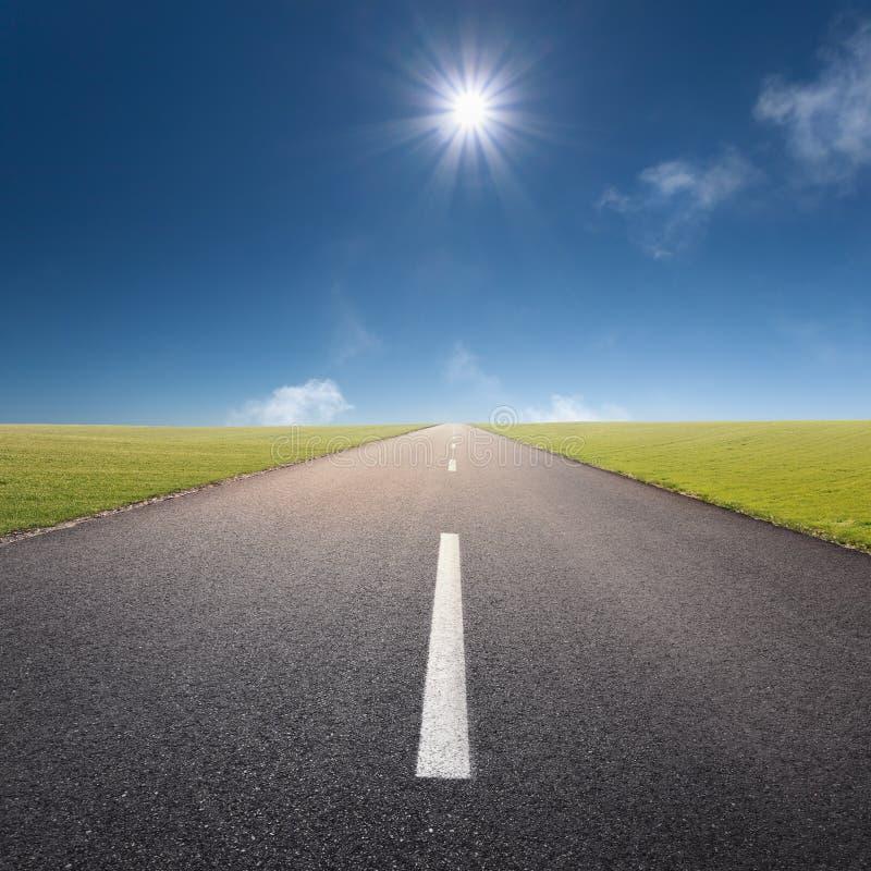 Körning på den tomma vägen in mot solen fotografering för bildbyråer