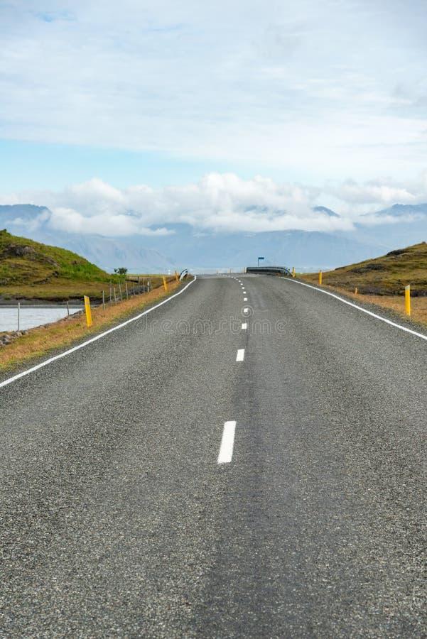 Körning på huvudvägen i Island royaltyfria bilder