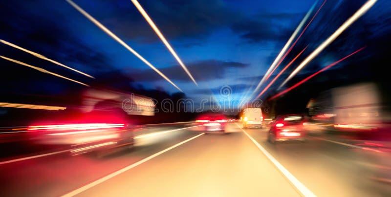 Körning på huvudvägen på natten arkivfoto