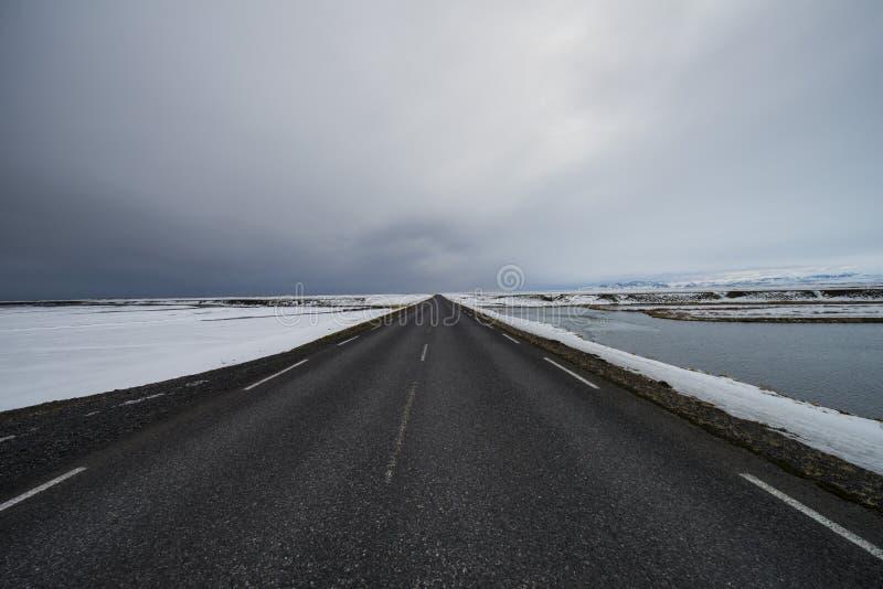 Körning till och med Island med den tomma huvudvägen arkivfoton