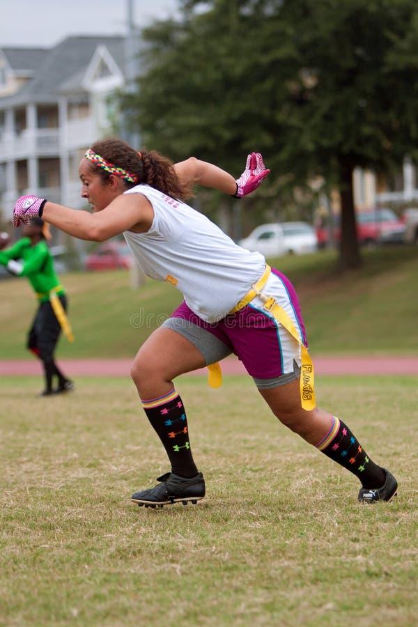 Körningar för kvinnligflaggafotbollsspelare Pass routen royaltyfri bild